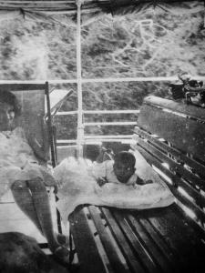 Moeder Marie Rozenberg - van Brussel en Joke op de passagiersboot op de Cotticarivier, 1931 foto archief Jan Rozenberg