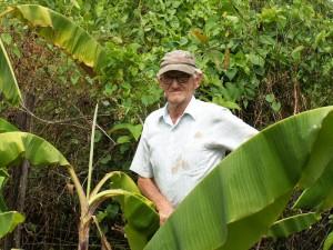Oom Evie Vermeer in bananenaanplant