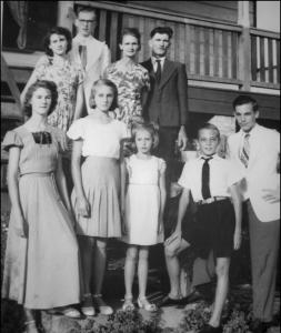 Achter, vlnr.: Joan & Frans Knoflook - Rozenberg, Marie & Toon Rozenberg - van Brussel, Voor: Liesbeth, Ine, Henriette, Cor en Jan Rozenberg. foto ca. 1950, archief Jan Rozenberg