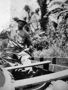 Toon Rozenberg in roeiboot met sinaasappelen foto archief Jan Rozenberg