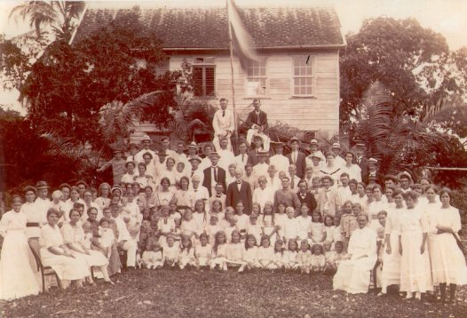 """Herdenking 75 jaar kolonisatie, maandag 21 juni 1920, op de boerderij van Willem Anthonie van Brussel. J.H. Loor, voorzitter van de vereniging """"De Nederlandse Kolonist"""", sprak het welkomstwoord bij deze gelegenheid."""