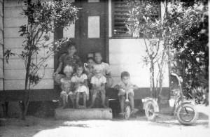 kinderen op stoep bij oma Petri