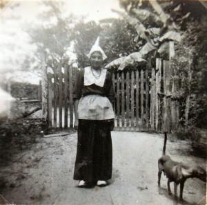 Nellie in klederdracht, ca 1948 (archief fam D. Apon-van Brussel, Paramaribo)