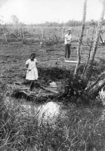 Vissen bij oom Shelly van Dijk op Garnizoenspad, ca 1968 (archief fam D. Apon-van Brussel, Paramaribo)