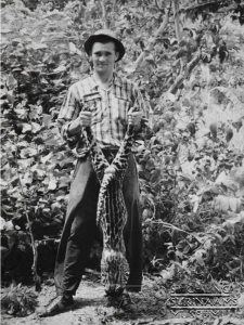 E van Dijk met ocelot 1955